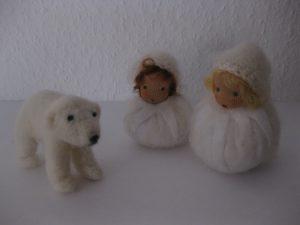 Gefilzter Eisbär und zwei Schneeflocken für den Jahreszeitentisch im Winter