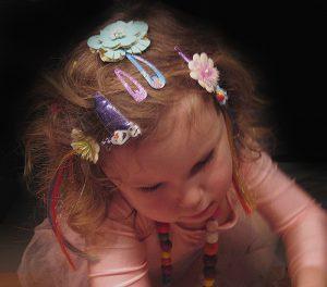 Kind mit Haarspangen