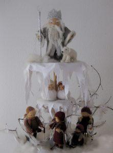 Jahreszeitenständer mit König Winter und anderen saisonalen Figuren