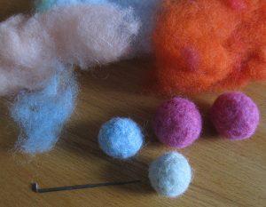 Filzkugeln aus selbstgefärbter Märchenwolle