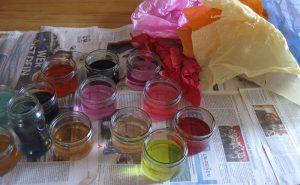 Gläser mit gefärbtem Wasser für die Märchenwolle