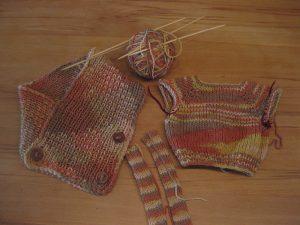 Strickprojekte - Schal, Puppenpullover und Beine für die Strickpuppe