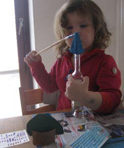 Kind beim Bemalen eines Eierkartons -DIY - Schloss basteln mit Eierkarton, Klopapier- und Küchenrollen