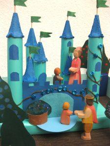 Großaufnahme-Schloss mit Ostheimer Figuren, DIY - gebastelt aus Klopapier- und Küchenrollen, Eierkarton