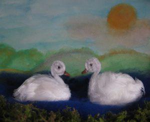 DIY - Zwei Schwäne hergestellt aus einem Korken, Pfeifenreiniger und Federn