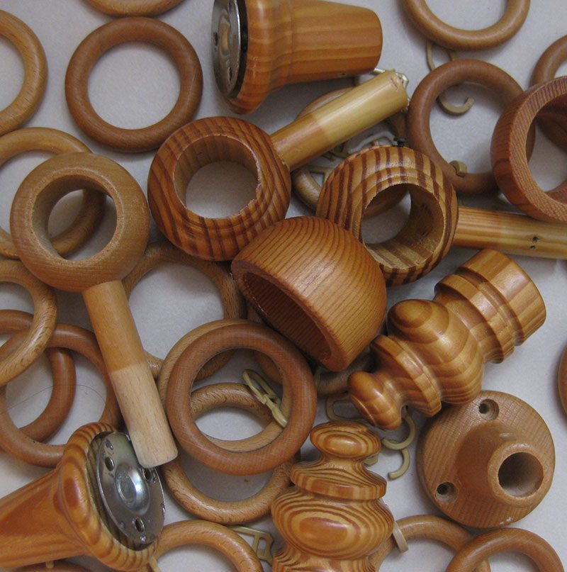 Gardinenringe und Gardinenstangenhalterungen aus Holz