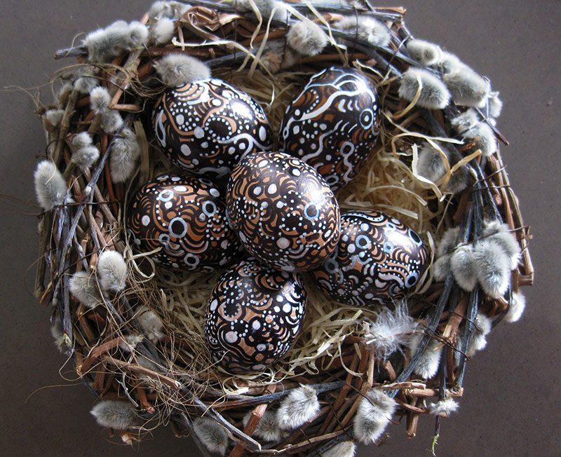 Bemalte Eier im Nest aus Weidenkätzchen