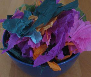 Ein Haufen in Stücke gerissenes Seidenpapier zum Eier färben
