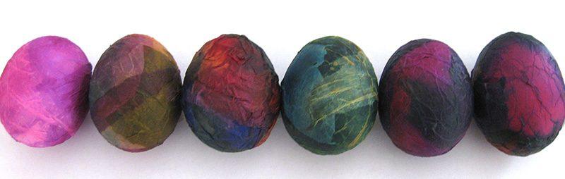 In feuchtem Seidenpapier eingewickelte Eier - Eier färben mit Seidenpapier