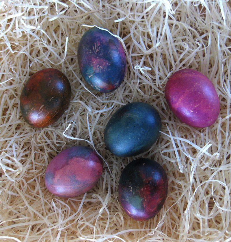 Mit Seidenpapier gefärbte Eier
