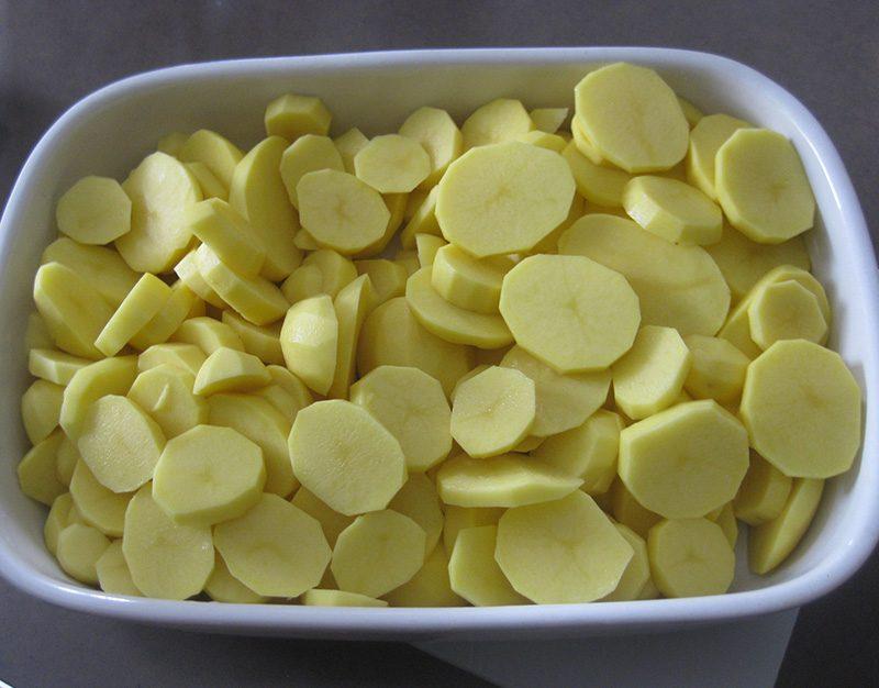 Geschälte Kartoffeln für das Gratin