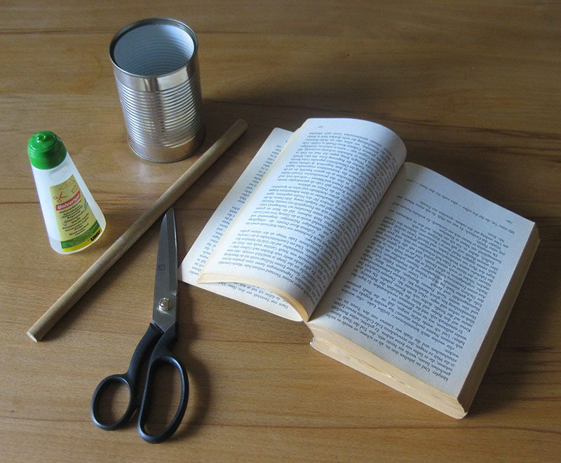 Dose Buch Kleber Rundholz Schere für das Basteln einer Vase
