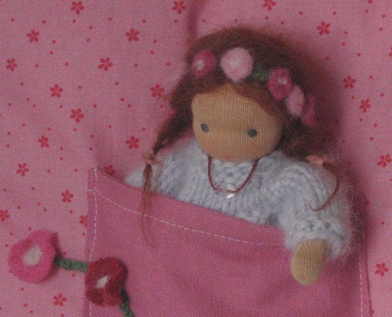 Puppe nach Waldorfart steckt in der Kissentasche