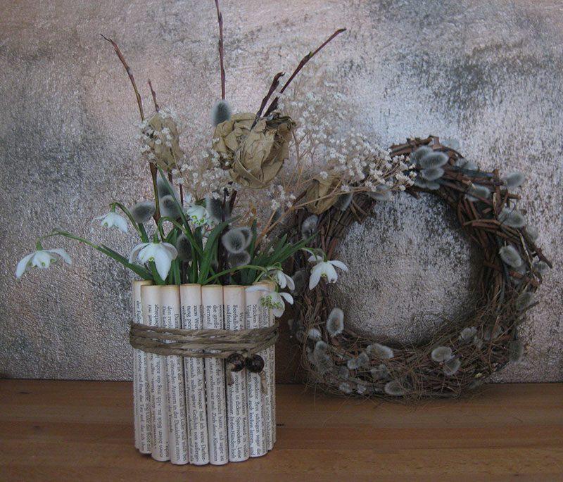 Selbstgemachte Vase aus Blechdose und Buchseiten