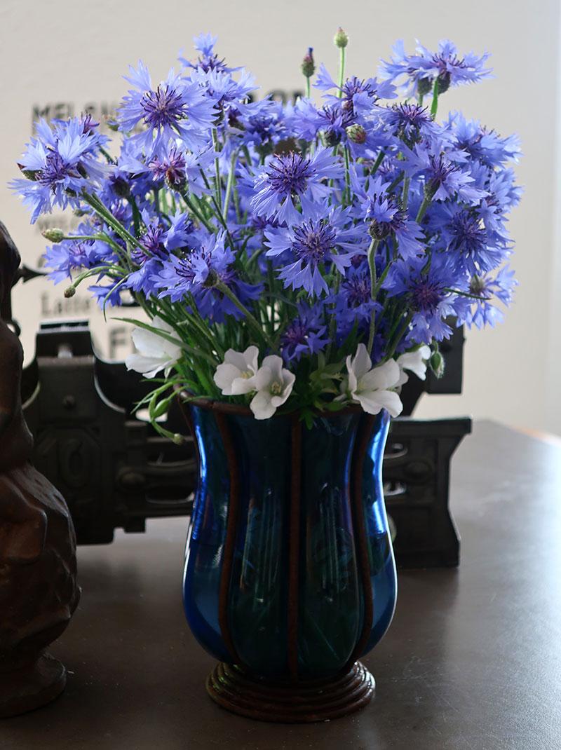 Blaue Vase mit Kornblumen