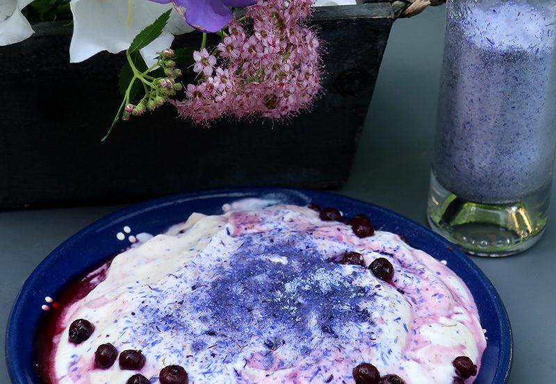 Blauer Zucker für Süßspeisen gefärbt mit Kornblumen