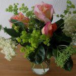 Blumenstrauß Rosen, Holunderblüten und Frauenmantel