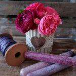 DIY Blumenvase mit Rosen-gefärbter Zucker