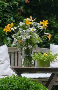 Gelb-weißer Blumenstrauß Lilien und Margeriten