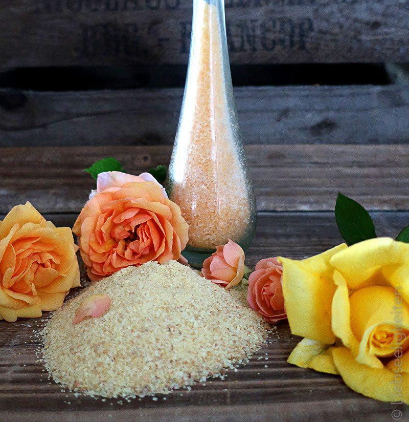 Gelber und oranger Zucker gefärbt mit Rosenblüten