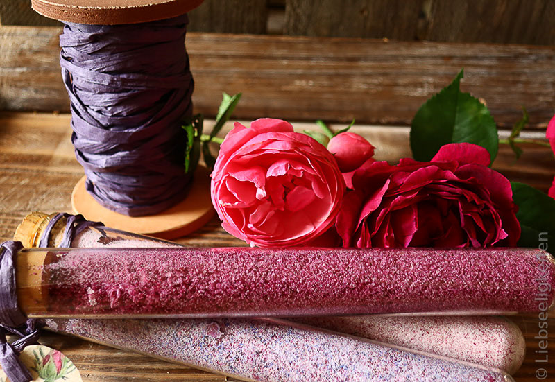 Rosen und gefärbter Zucker