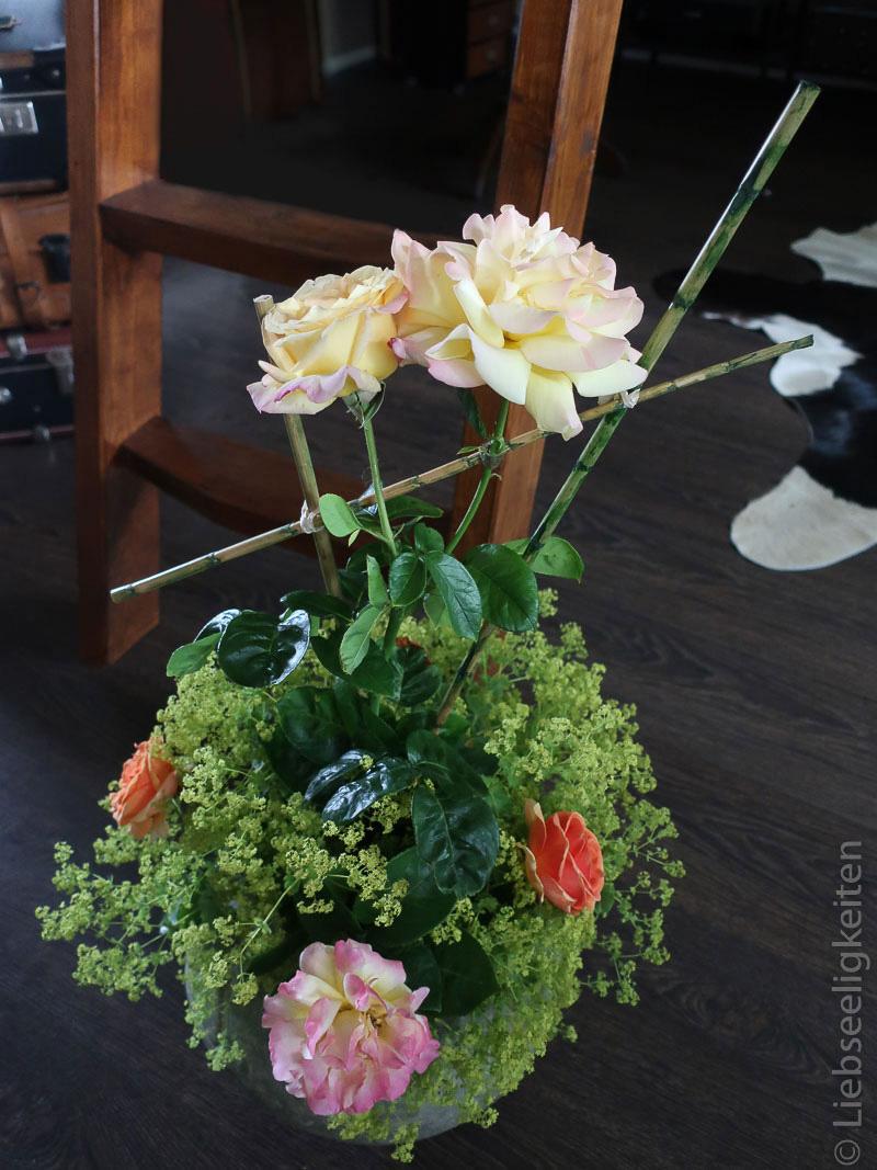 Gloria Dei Rose und Frauenmantel in der Vase