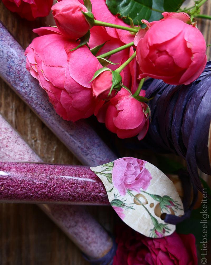 mit Rosen gefärbter Zucker