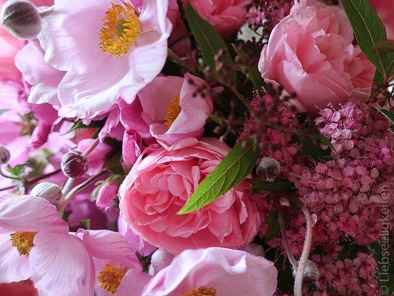 Blumenstrauß - Malvenblüten und Rosen