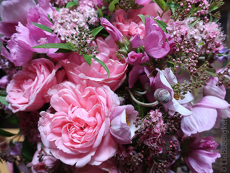 Blüten - Blumenstrauß - Rosen - Malven - Spirea