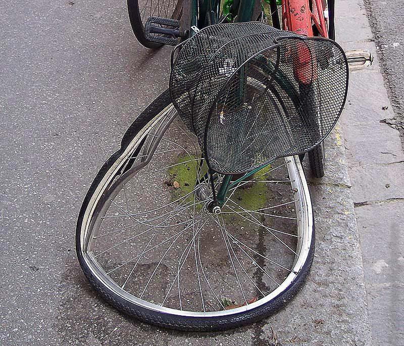 Fahrrad mit demoliertem Vorderrad