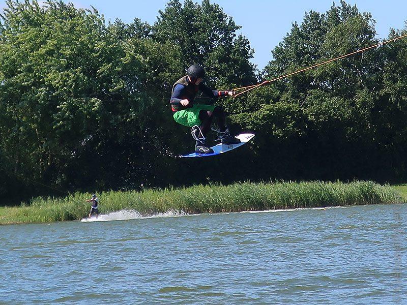 Wakeboardfahrer-Wasserski-Süsel