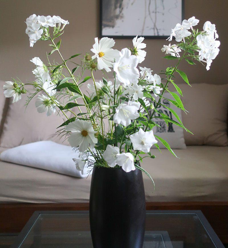weißer Blumenstrauß in schwarzer Vase