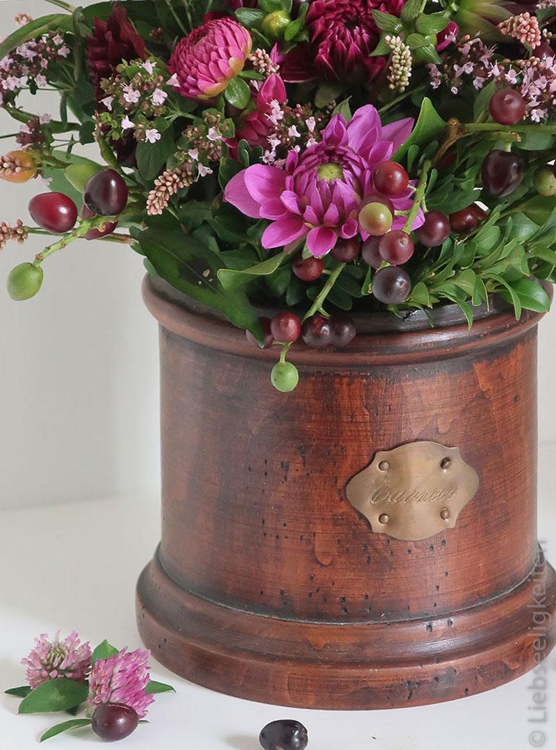 Dahlienstrauß-in-Tabakdose - Blumenstrauß