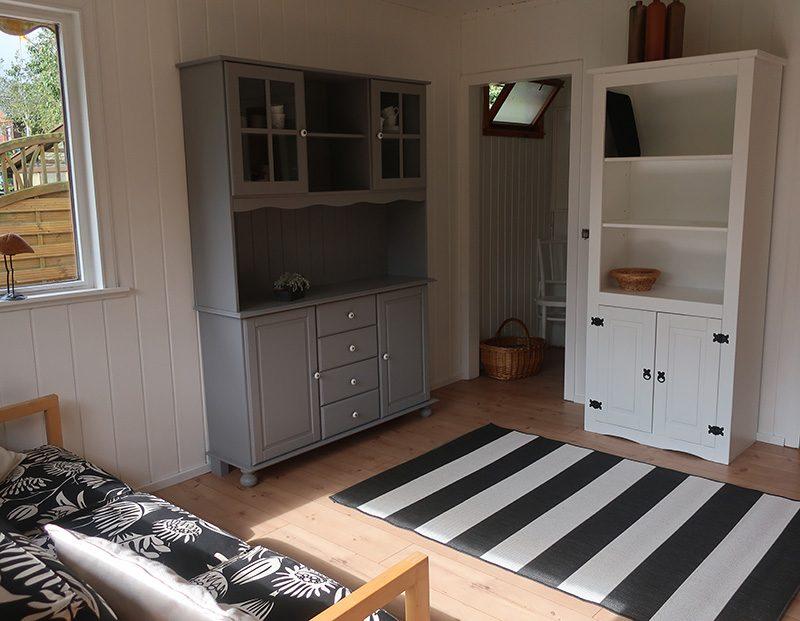 Gartenlaube im Schrebergarten - weiße Wände - alte, aufgearbeitete Möbel