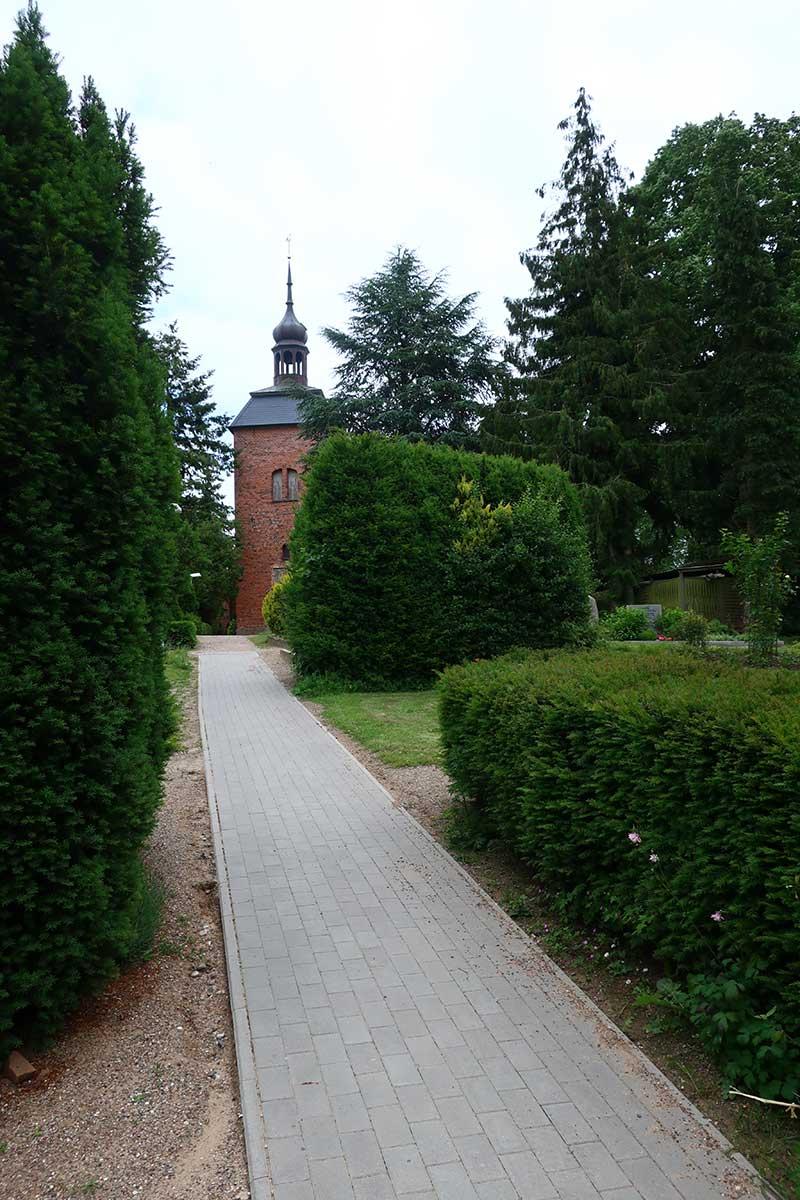 Friedhof mit Kirche-in-Ahrensbök