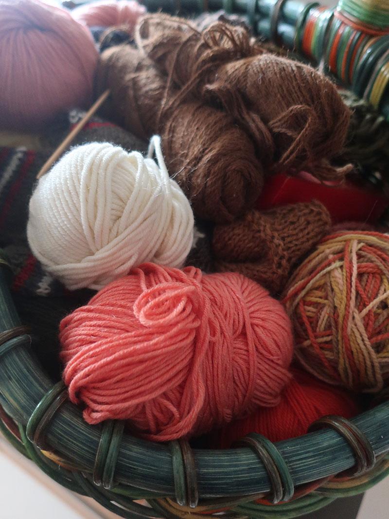 Korb-voll-Wolle---Wollkorb-.-stricken