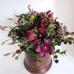 Vase-mit-Blumenstrauß-aus-Dahlien-Thymian-und-Lorbeerkirsche