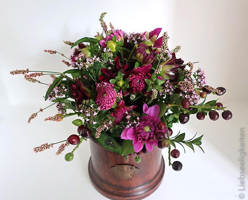 Vase mit Blumenstrauß aus Dahlien, Thymian und Lorbeerkirsche