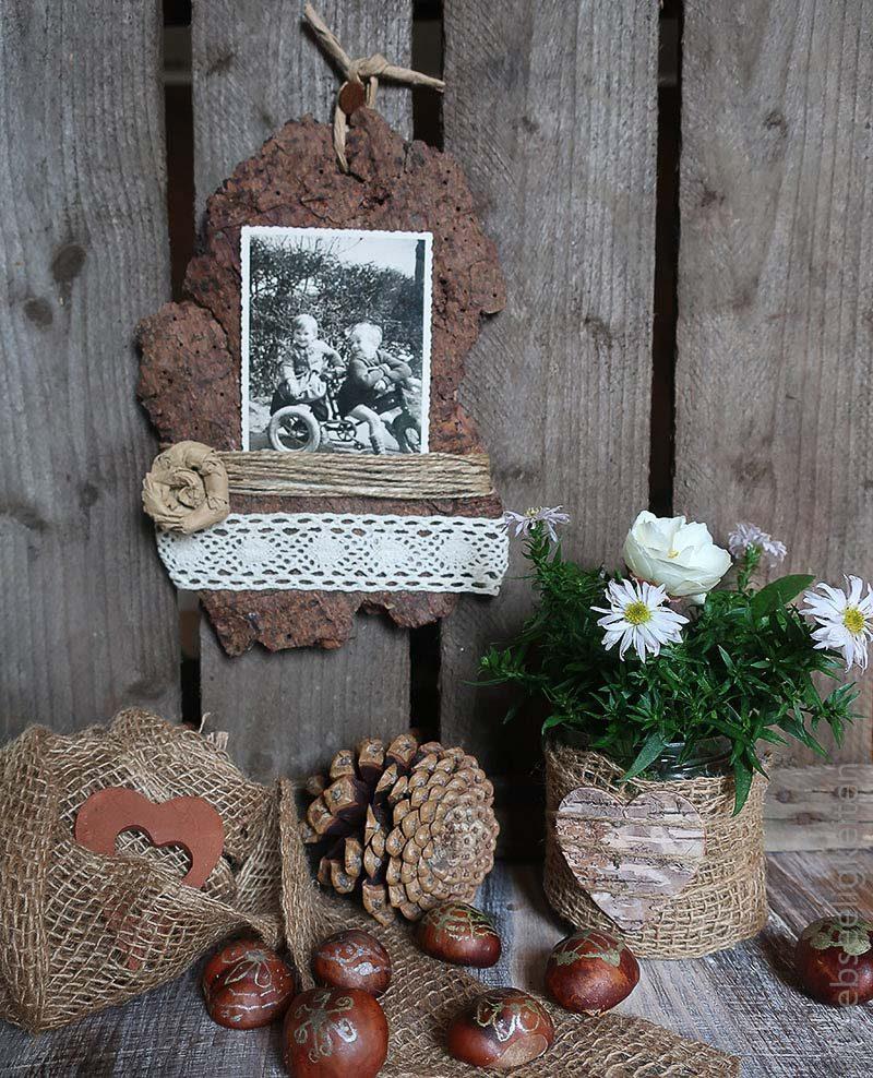 Basteln-mit-Naturmaterialien-Baumrinde-als-Bilderrahmen-angemalte-Kastanien-und-eine-Blumenvase