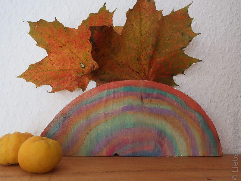 Eine Baumscheibe bemalt in Herbstfarben - Herbst