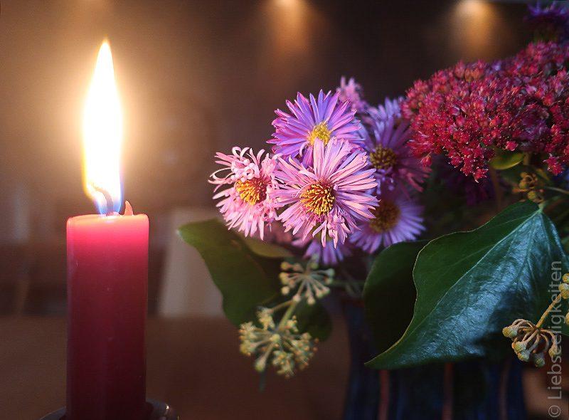 Kerzenschein und Astern