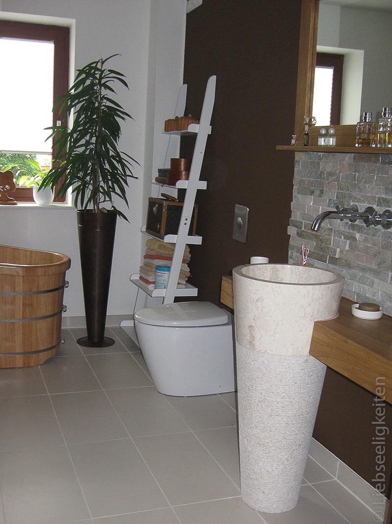 Neues Bad - Blick auf Waschsäule und Toilette