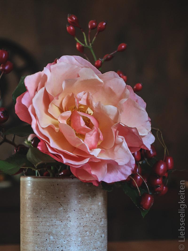 Rosenblüte mit Beeren- Blumen - Blumenstrauß