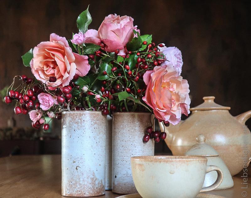 Vasen mit Rosen und Beeren - OktoberRosen - Friday-Flowerday
