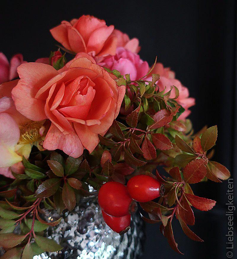 Beeren und Rosen in der Vase - Rosenstrauß - Rosen im Herbst