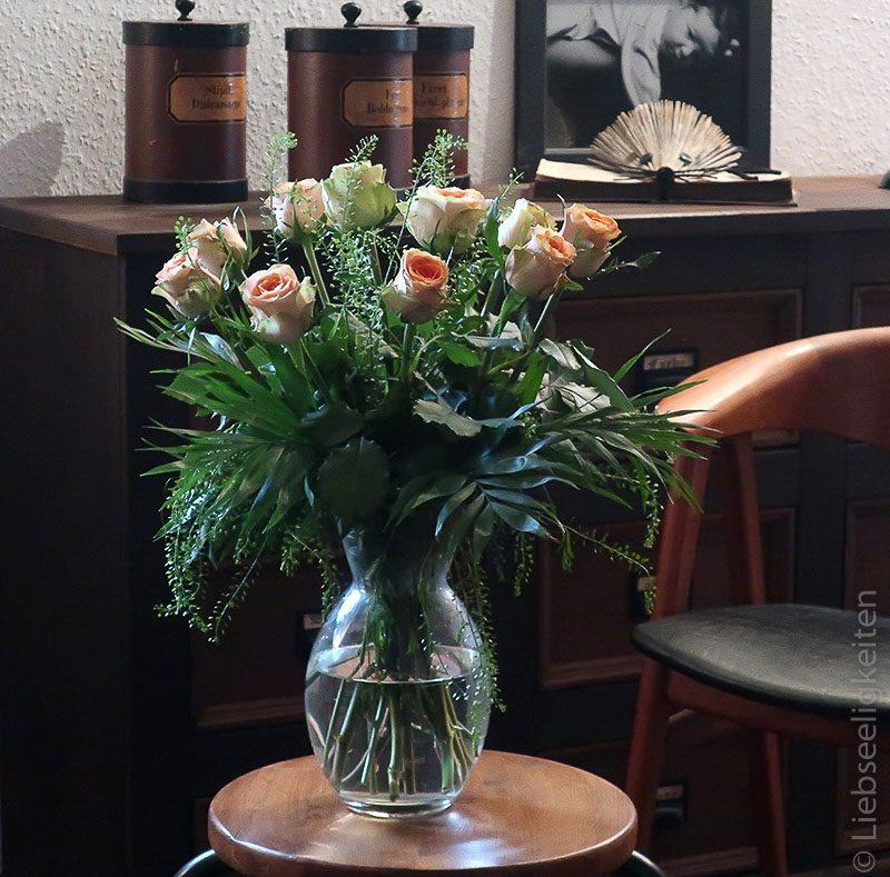 Rosen - rosenstrauß - blumenstraus - rosen in der Vase -