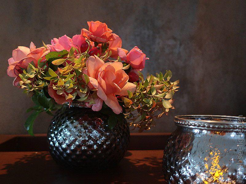 blumenstrauß - vase mit orangen rosen - rosenstrauß - novemberrosen