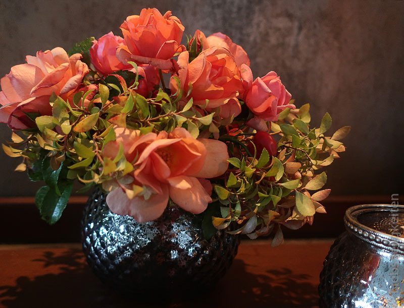 vase mit rosen - rosrnstrauß und kerzenschein - rosen im november