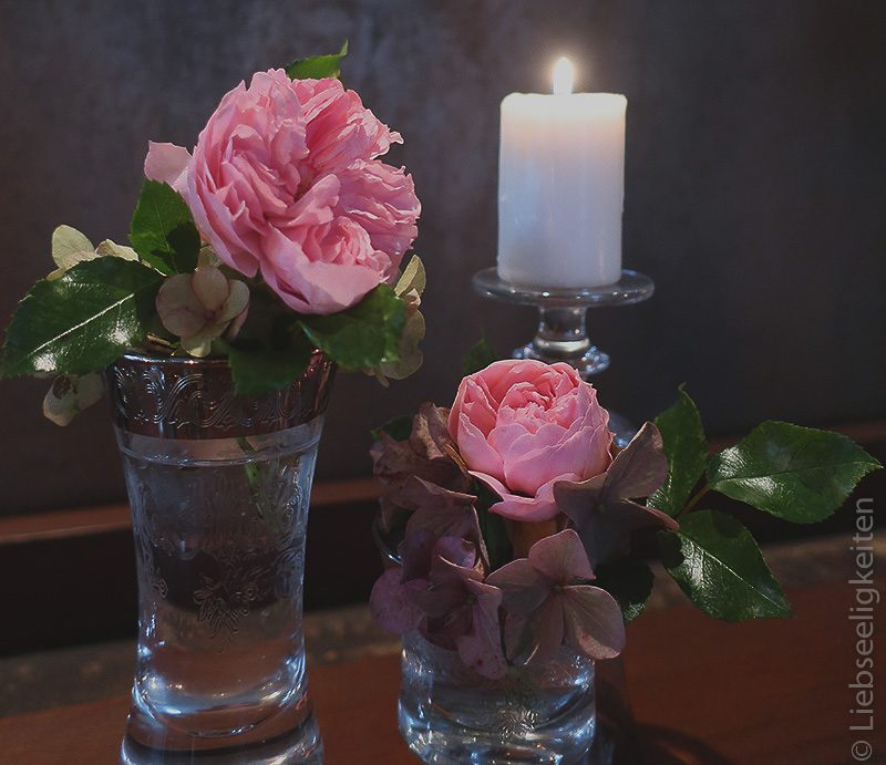 zwei blüten der rose larissa in gläser
