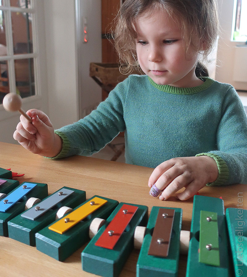 Einüben eines weihnachtsliedes auf dem xylophon